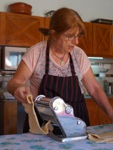 Rosa qui prépare la pasta